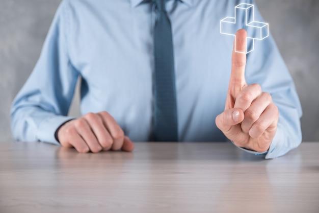 L'uomo d'affari tiene l'icona più 3d, l'uomo tiene in mano offre cose positive come profitto, benefici, sviluppo, csr rappresentato dal segno più. la mano mostra il segno più.
