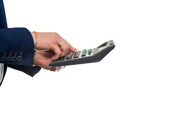 Calcolatrice della stretta dell'uomo d'affari che conta i profitti isolati su bianco