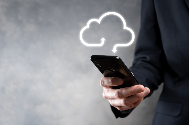 Uomo affari, tenere, nuvola, icon., cloud, computing, concept, -, collegare, smart phone, a, cloud. informatico informatico di rete informatica con smart phone.big data concept.