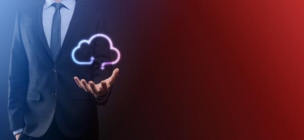 Icona della nuvola di attesa dell'uomo d'affari. concetto di cloud computing - collegare lo smartphone al cloud. informatico di rete informatica con smart phone.big concetto di dati.