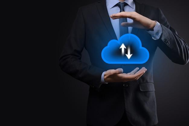 Imprenditore tenere premuto il simbolo della nuvola. concetto di cloud computing - collegare lo smart phone al cloud. informatico informatico di rete informatica con smart phone.big data concept.
