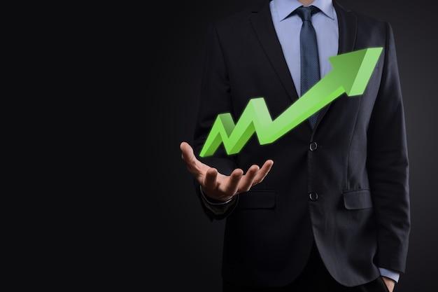 Imprenditore tenere premuto il disegno sullo schermo grafico in crescita, freccia dell'icona di crescita positiva. che punta al grafico di business creativo con u