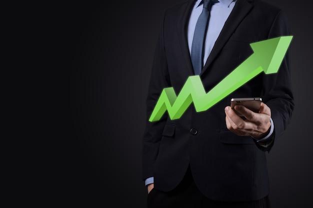 Uomo d'affari tenere disegno sul grafico in crescita dello schermo, freccia dell'icona di crescita positiva. che punta al grafico aziendale creativo con frecce verso l'alto. concetto di crescita finanziaria e aziendale