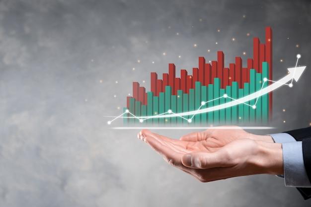 Imprenditore tenere premuto il disegno sullo schermo grafico in crescita, freccia dell'icona di crescita positiva. che punta al grafico di business creativo con frecce verso l'alto.