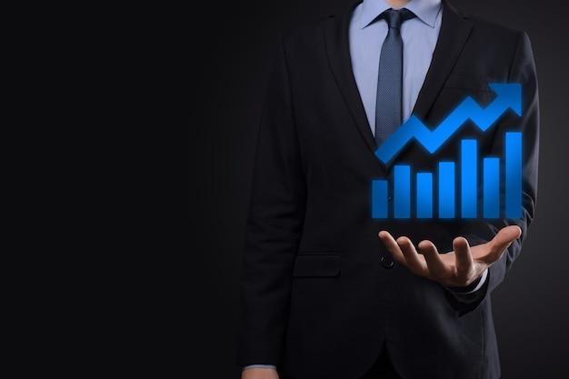 Uomo d'affari tenere disegno sul grafico in crescita dello schermo, freccia dell'icona di crescita positiva