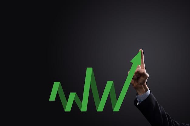 Imprenditore tenere premuto il disegno sullo schermo grafico in crescita, freccia dell'icona di crescita positiva