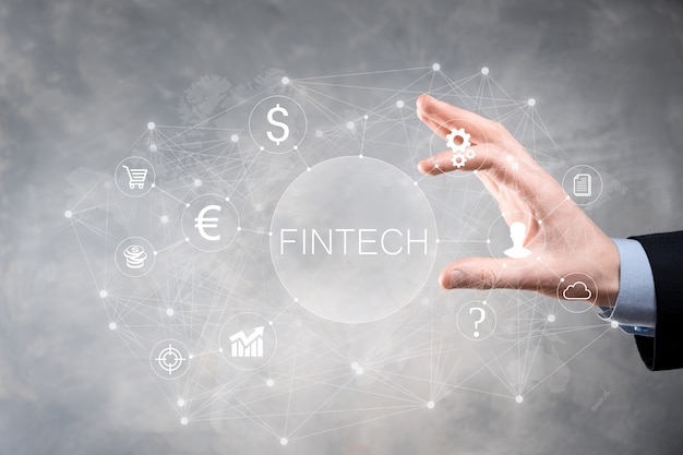 Uomo d'affari tenere fintech - concetto di tecnologia finanziaria. pagamento bancario di investimento aziendale. investimenti in criptovalute e denaro digitale. concetto di affari sullo schermo virtuale.