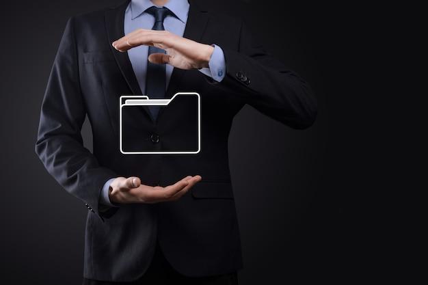 Icona della cartella di attesa dell'uomo d'affari. sistema di gestione dei documenti o configurazione dms da parte di un consulente it con computer moderni stanno cercando informazioni di gestione e file aziendali. elaborazione aziendale,