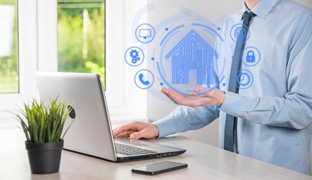 Uomo d'affari tenere icona della casa. casa intelligente controllata, casa intelligente e concetto di app di automazione domestica. concetto di rete internet di tecnologia dell'innovazione.
