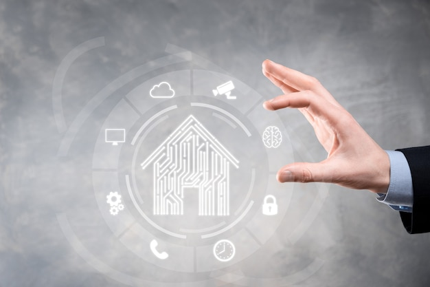 Uomo affari, tenere, casa, icon., casa intelligente, controllato, casa intelligente, e, automazione domestica, app, concept., pc, disegno, e, persona, con, smart phone. innovazione tecnologia internet network concept.