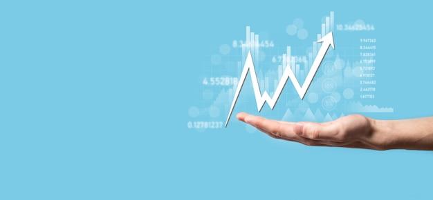 Dati di vendita della tenuta dell'uomo d'affari e grafico grafico della crescita economica. pianificazione e strategia aziendale. analizzare le negoziazioni di cambio. finanziario e bancario. marketing digitale della tecnologia. profitto e piano di crescita.