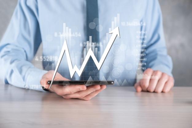 Dati di vendita della tenuta dell'uomo d'affari e grafico del grafico di crescita economica. pianificazione e strategia aziendale. analizzare le negoziazioni di cambio. finanziario e bancario. marketing digitale della tecnologia. profitto e piano di crescita.
