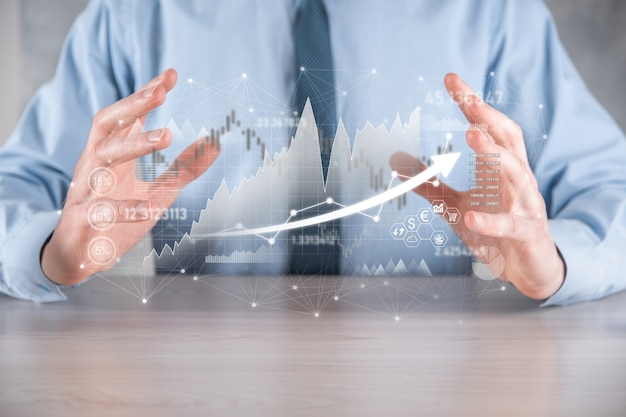 Dati di vendita della tenuta dell'uomo d'affari e grafico del grafico di crescita economica. pianificazione e strategia aziendale.