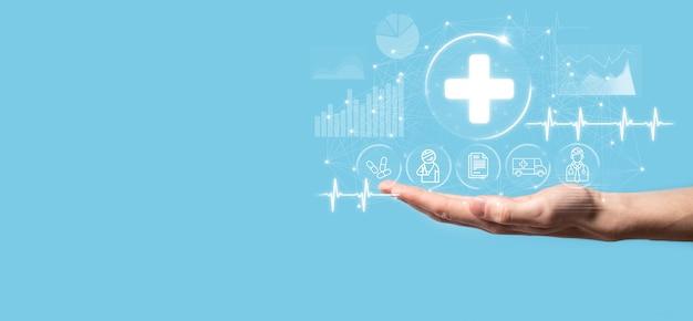 Uomo d'affari tenere icone di connessione di rete virtuale più medica. la pandemia di covid-19 sviluppa la consapevolezza delle persone e diffonde l'attenzione sulla loro assistenza sanitaria. medico, documento, medicina, ambulanza, icona del paziente
