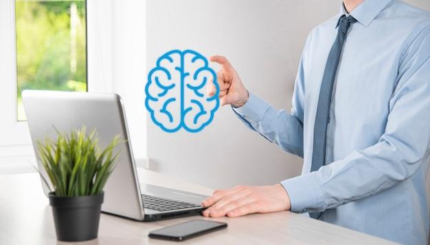 Uomo d'affari che tiene strumenti astratti del cervello e dell'icona, dispositivo, comunicazione di connessione di rete del cliente su tecnologia futura, sviluppo innovativo virtuale, scienza, innovazione e concetto di business.