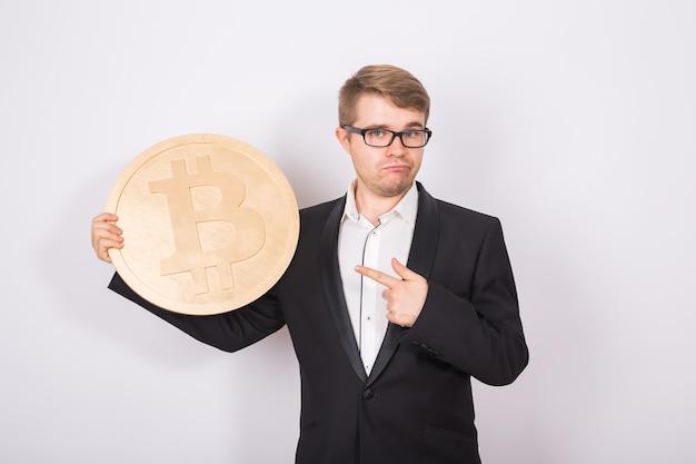 Imprenditore tenendo bitcoin