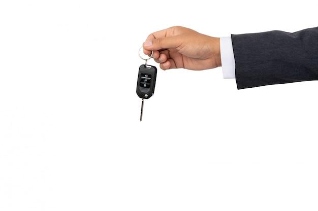 Un uomo d'affari che tiene una chiave dell'automobile