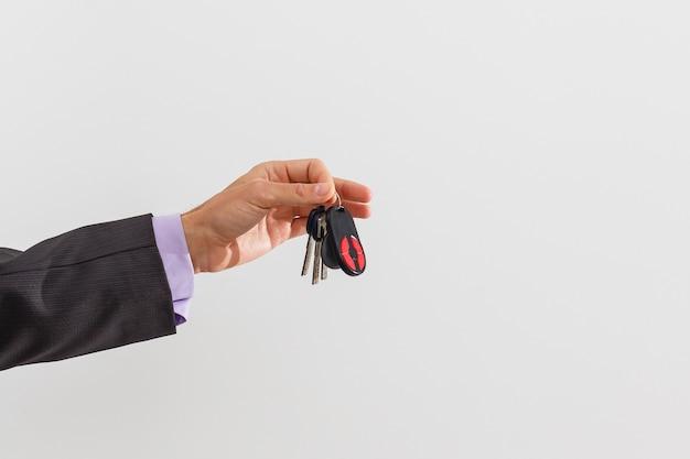 Uomo d'affari che tiene la chiave della macchina