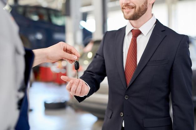 Chiavi di holding car car dell'uomo d'affari