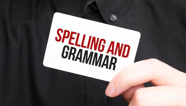 Uomo d'affari che tiene una carta con ortografia e grammatica del testo