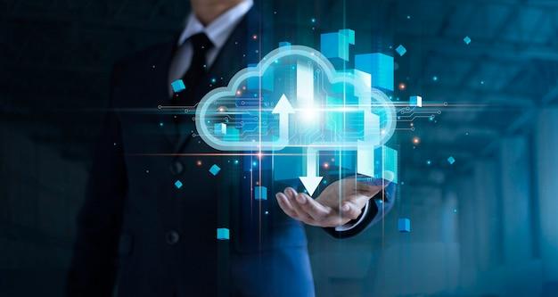 L'uomo d'affari che tiene il cloud computing si connette all'analisi dei big data tecnologia di rete a catena di blocchi