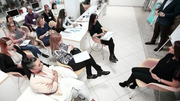 Imprenditore tenendo una conversazione con i dipendenti della società il concetto di lavoro di squadra