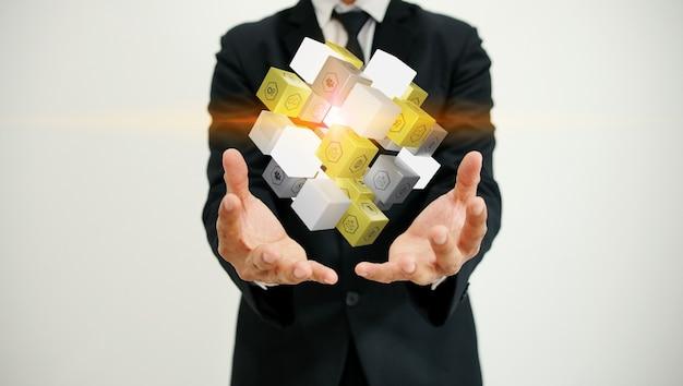 Cubo della holding dell'uomo d'affari con le icone di affari
