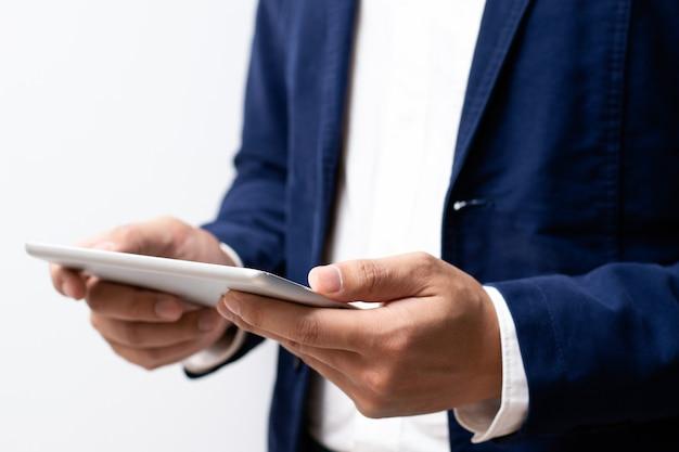 Uomo d'affari che tiene il dispositivo tablet digitale nelle mani.