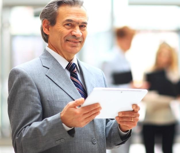 Uomo d'affari che tiene compressa digitale