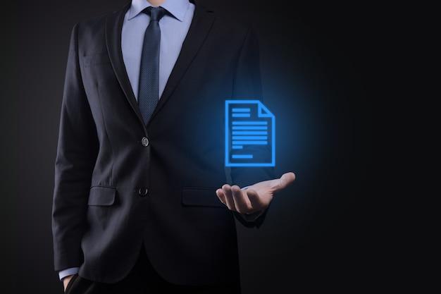 Uomo d'affari che tiene un'icona del documento nella sua mano