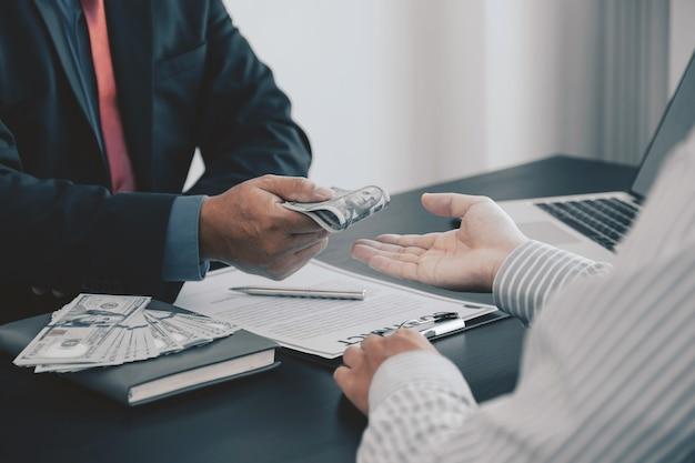 Imprenditore azienda dollaro banconota denaro per corrompere i funzionari finanziari antibribery concept