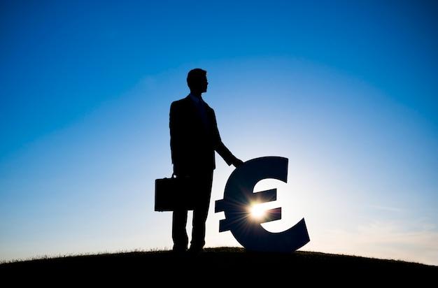 Uomo d'affari che tiene euro segno di valuta