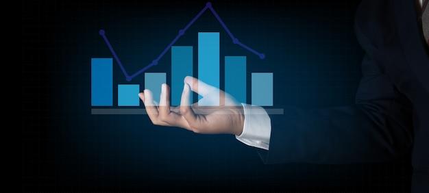 Grafico di finanza del grafico della tenuta dell'uomo d'affari. fondo del grafico di finanza del grafico dell'ologramma di affari di digital. per il concetto di business e finanza.