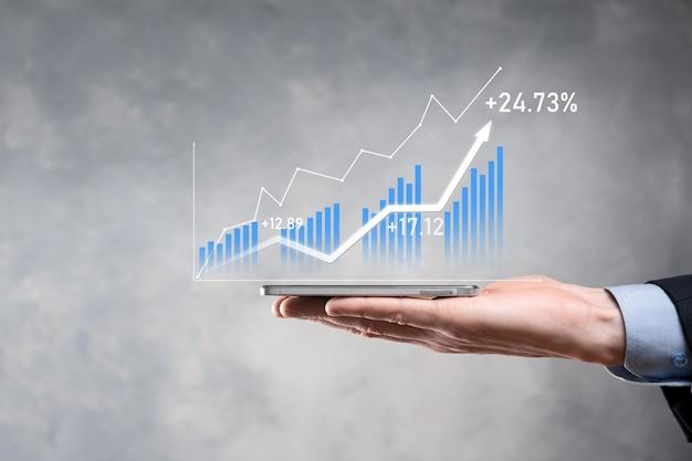 Uomo d'affari che tiene la crescita del grafico e aumento degli indicatori positivi del grafico nel suo business.investment up concept.analyzing sales data and economic, strategy and planning, digital marketing and stock