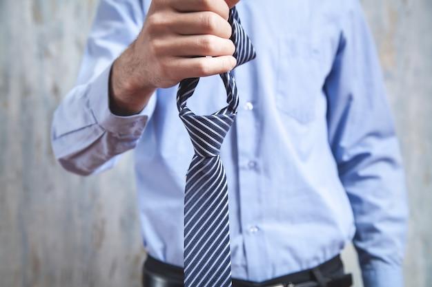 Uomo d'affari che tiene la sua cravatta.