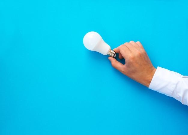 Imprenditore tenendo la lampadina