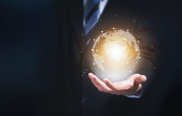 Uomo d'affari che tiene la rete globale del cerchio moderno per collegamento internazionale in tutto il mondo.