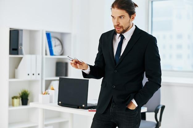 Imprenditore in possesso di un telefono telefono tecnologie per ufficio