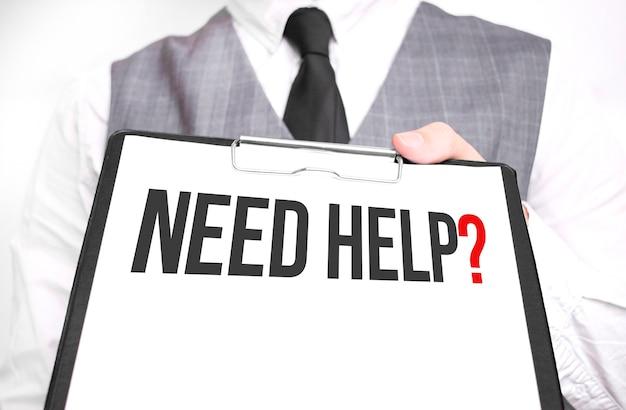 Imprenditore tenendo il foglio di carta con un messaggio bisogno di aiuto