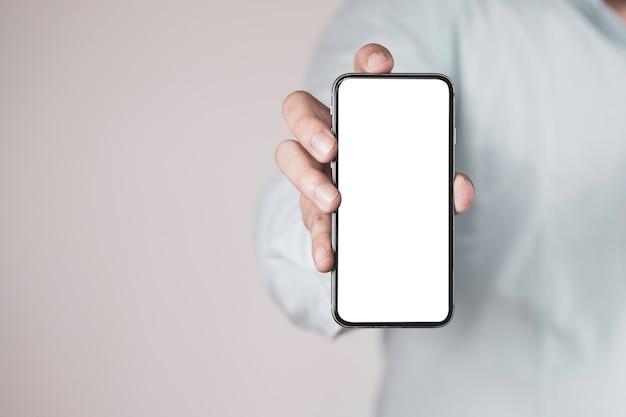 Uomo d'affari che tiene smartphone con schermo vuoto