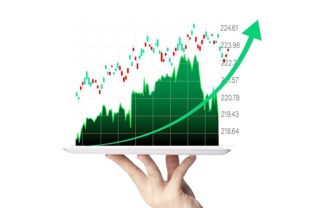 Uomo d'affari che tiene smartphone con grafico di informazioni grafiche di investimento aziendale virtuale su sfondo bianco e copia spazio.