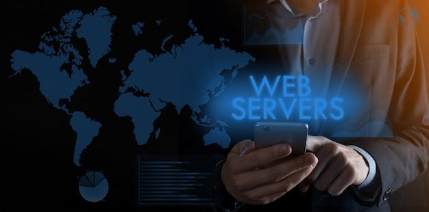Uomo d'affari che tiene uno smartphone con iscrizione web server
