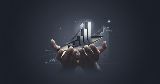 Uomo d'affari che tiene tablet azionario e statistica del grafico dell'economia di mercato che mostra la crescita del profitto analizzando lo scambio finanziario sull'aumento dello sfondo di denaro digitale con il concetto di dati finanziari del grafico commerciale.