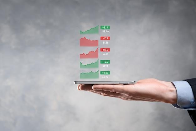 Uomo d'affari che tiene tablet analizzando i dati di vendita e grafico grafico di crescita economica, strategia aziendale e pianificazione, marketing digitale e mercato azionario.