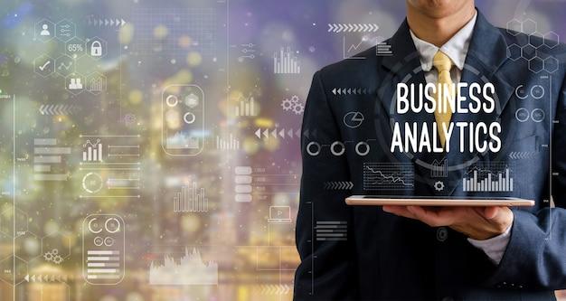 Imprenditore in possesso di un computer tablet business analytics grafico icona sfondi astratti con bokeh.