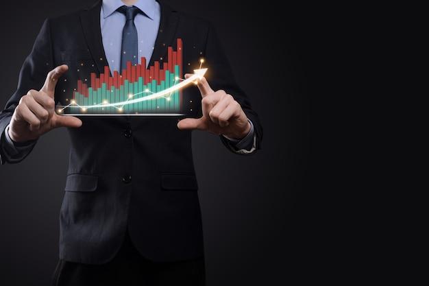 Imprenditore tenendo tablet e mostrando un crescente ologramma virtuale di statistiche