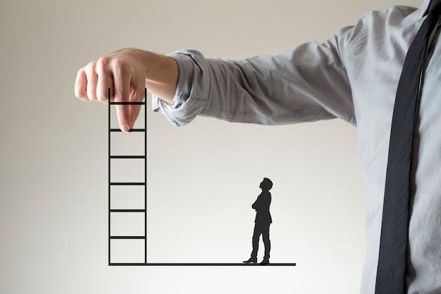 Uomo d'affari che tiene su una scala tra le dita come una piccola sagoma di un secondo sta a guardare sotto