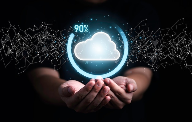 Uomo d'affari in possesso di cloud computing virtuale con avanzamento percentuale di download per l'applicazione di download di caricamento di informazioni di trasferimento dati. concetto di trasformazione della tecnologia.