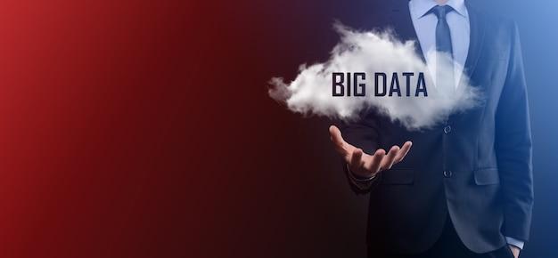 Imprenditore detiene il cloud con iscrizione, parola big data. icona. su sfondo scuro.