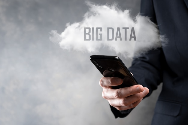 L'uomo d'affari tiene la scritta big data.